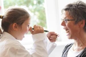 Criança brincando de médico - Instituto GACC
